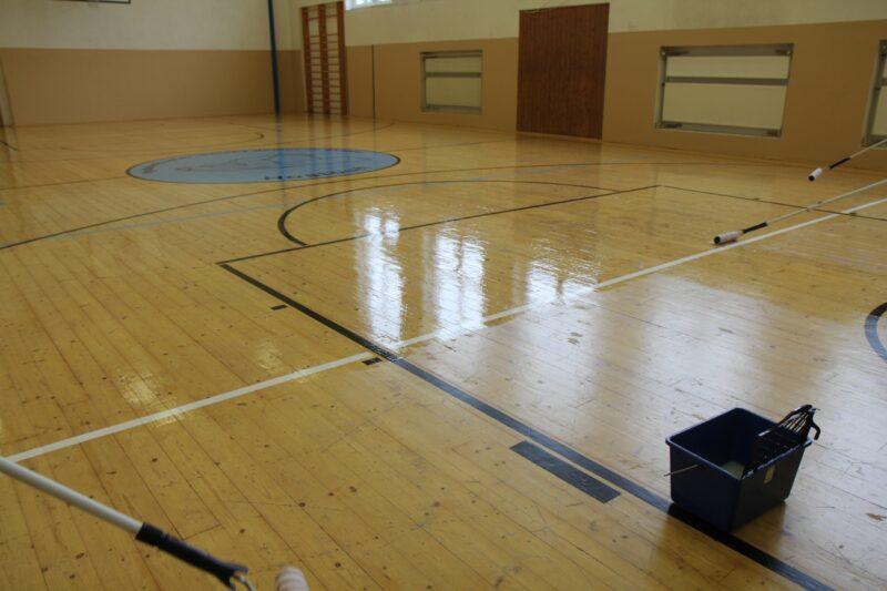 Do školní tělocvičny i doma na chodbu – BONDEX Floor Varnish. Jednosložkový polyuretanový podlahový lak na všechny druhy dřeva