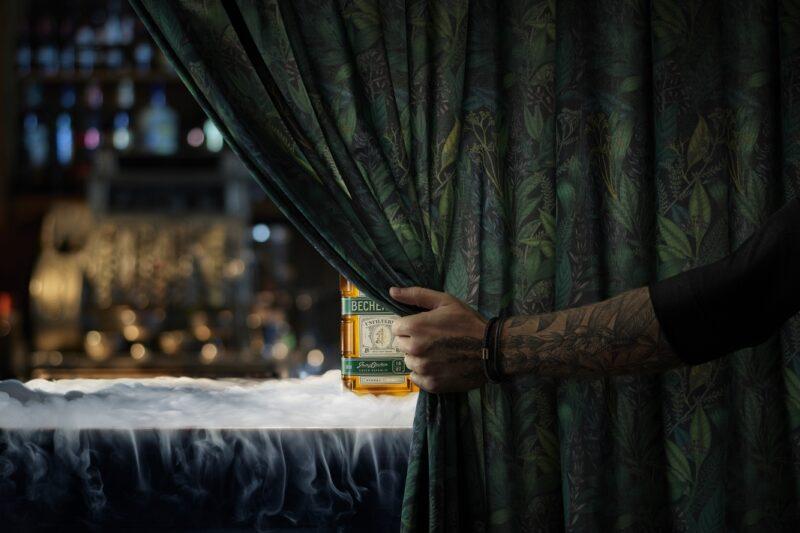 Nefiltrovaná Becherovka přichází s reklamním spotem v režii přírody