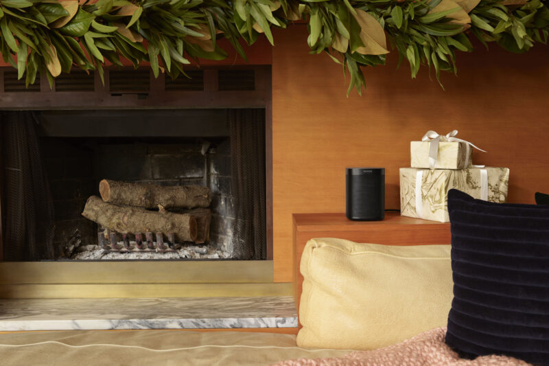 sonos_chaplin_black_lifestyle_holiday_livingroomfireplace_1569334649