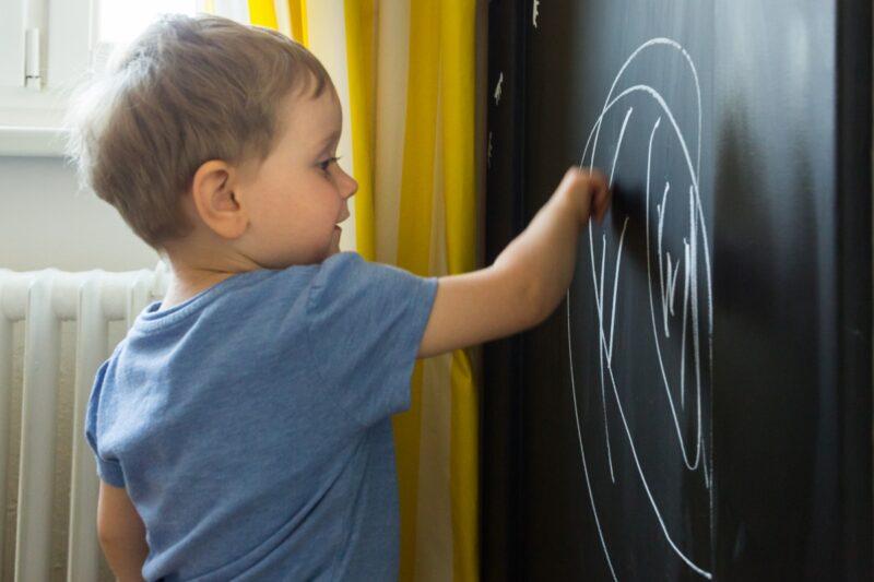 Nová Tabulová barva BALAKRYL vykouzlí školní tabuli i u vás doma