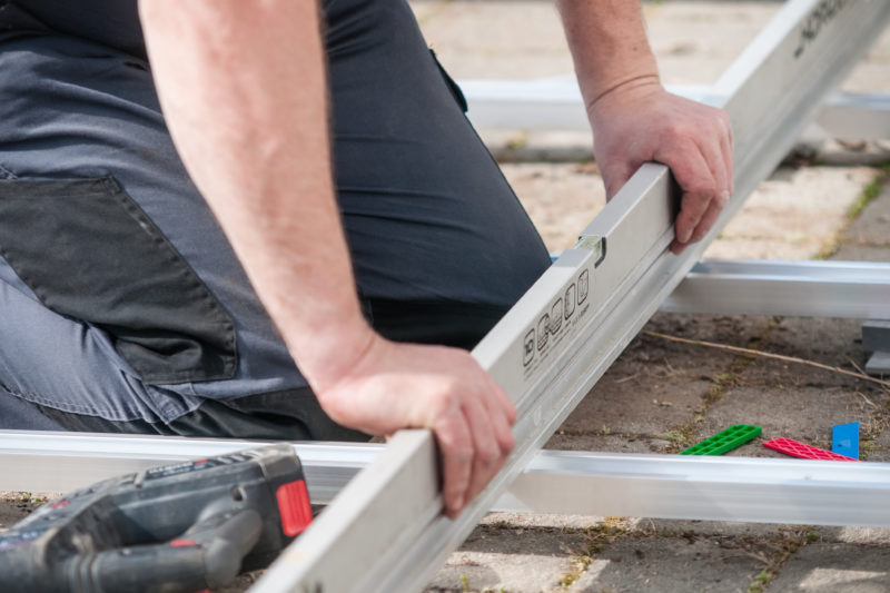 Deceuninck - montáž terasy - Kontrola správného sklonu terasy